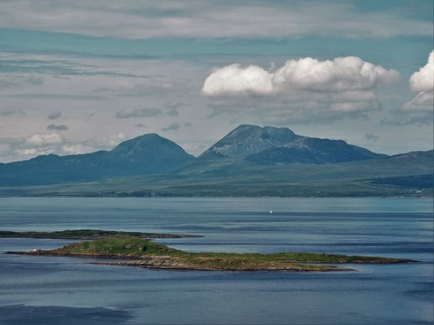 Sailing in front of the Paps of Jura